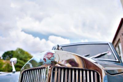 Es sind viele Oldtimer und Classic Cars mit Prominenten am Start