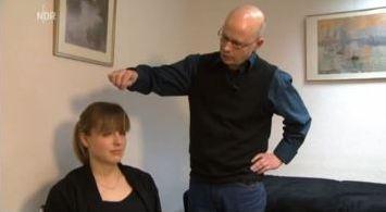 Der Hynose-Profi Dr. Elmar Basse beim Patienten