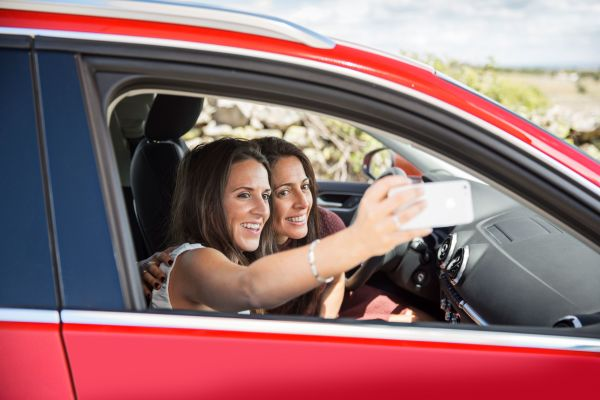 Selfies in allen Lebenslagen sind ein großer Trend. Gefährlich wird es hingegen, wenn Fahrer während der Fahrt zum Handy greifen.
