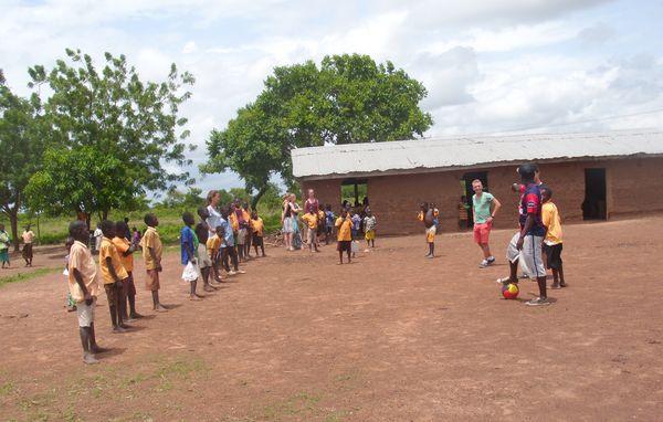 Jonas macht den Fussballtrainer an einer Grundschule in Ghana