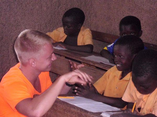 Jonas mit Schülern beim Unterricht
