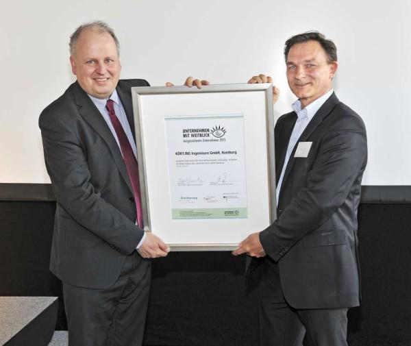 """Staatsrat Pörksen (l.) überreicht Nicolas Körting die Auszeichnung """"Unternehmen mit Weitblick""""."""