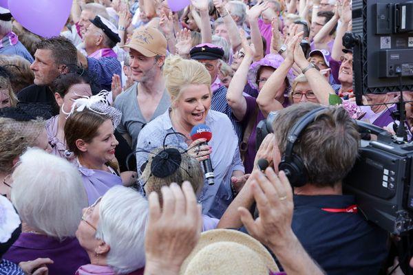 Anke Harnack mischt sich bei den Sommertour-Stationen unter die Besucher