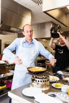 Auch die Leistungssportler mussten sich mit den Kochwettkämpfern messen. Thomas Lurz am Herd.