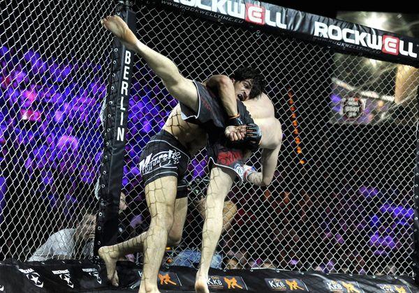 """Hier bekommt die unter Kampfsportlern hinlänglich bekannte Formulierung """"Vollkontakt"""" erst richtig Sinn!"""