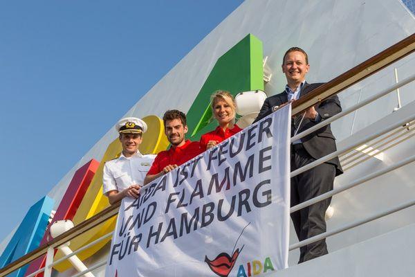 AIDA Schiffe werben weltweit für Olympia 2014 in Hamburg - AIDA Präsident Felix Eichhorn (r.) übergab erste Flagge an David Adrian (l.,) Kapitän von AIDAblu