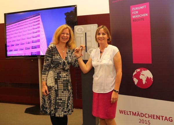 Starteten gemeinsam die Beleuchtungsaktion zum Welt-Mädchentag 2015: Plan-Patin Marion Kracht und Maike Röttger, Vorsitzende der Geschäftsführung von Plan International Deutschland