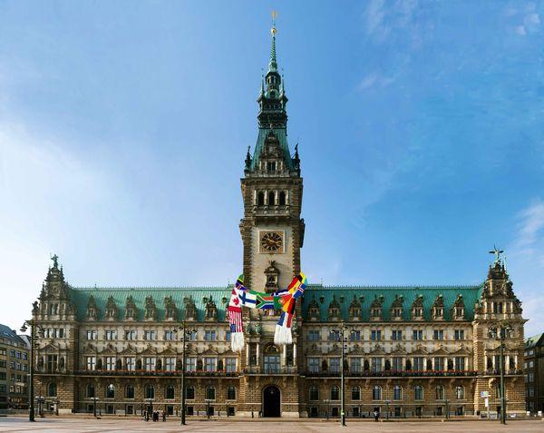 Das Hamburger Rathaus mit Flaggen-Schal