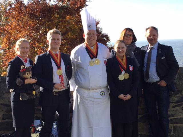 Die Hamburger Bronzemedaillenträger – Juri Reib, Finn Wendt, Olga Koch (Silbermedaillenträgerin der Deutschen Jugendmeisterschaften) mit ihren Trainern