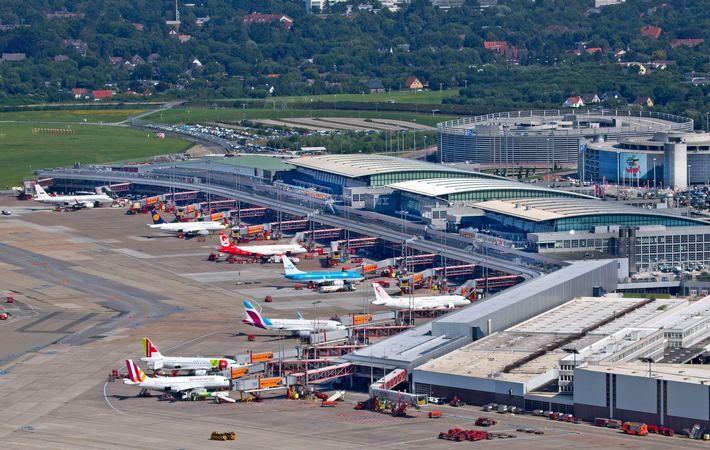 Luftaufnahme Flughafen Hamburg. Vorfeld_Terminals_Plaza_Parkhäuser P1 und P2