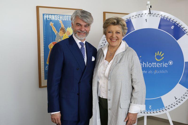 Marie-Luise Marjan und Fernsehlotterie-Geschäftsführer Christian Kipper
