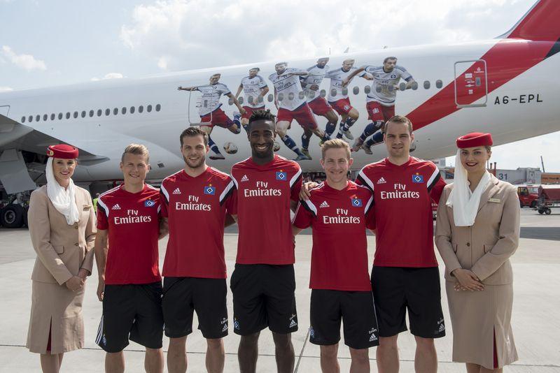 Die HSV-Spieler (von links nach rechts Matthias Ostrzolek, Dennis Diekmeier, Johan Djourou, Lewis Holtby, Pierre-Michel Lasogga) mit Emirates Cabin Crew vor dem in Hamburg vorgestellten HSV-Jet