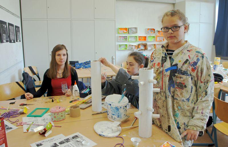 """Aus alt mach neu: Schülerinnen gestalten Schmuckständer aus Pappe und Korken im Workshop """"Recycling-Design"""""""