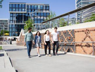 Am Offenen Campustag der MSH Medical School Hamburg können sich Interessierte mit Professoren, Mitarbeitern und Studierenden austauschen und Einblicke in das Campusleben erhalten