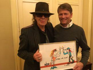 Udo Lindenberg und NDR 2 Hörer Rainer Krone bei der Übergabe des Bildes im Hamburger Hotel Atlantic