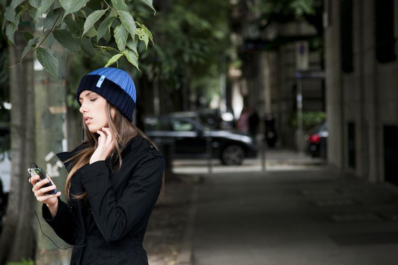 Wärmende Mützen hi-Hat und hi-Head mit integrierten Lautsprechern sowie Handschuhe hi-Call mit Bluetooth-Funktion.