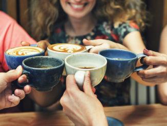 Hoch die Tassen- Kaffee- und Teegenuss