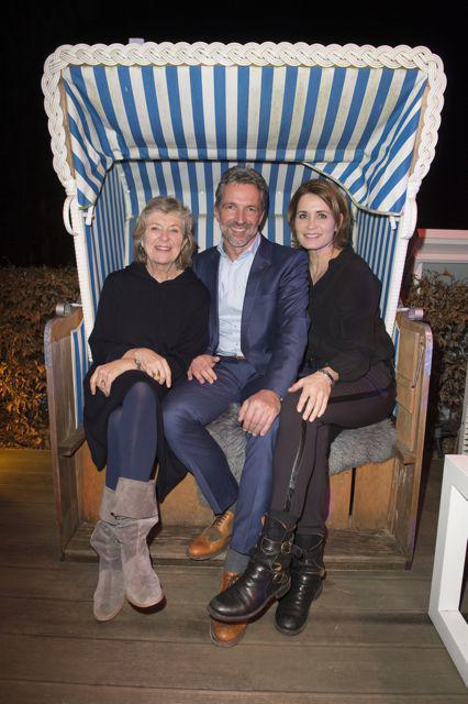 Hoteldirektor Carsten Willenbockel (M.) mit Jutta Speidel (l.) und Anja Kling