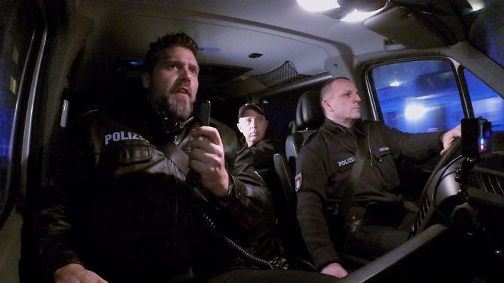 US-Polizist Ryan Herring (M.) mit seinen Hamburger Kollegen auf dem Weg zu einem Einsatz