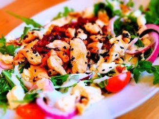 Oder so: Ein Mega-Salat mit Hähnchen der super satt macht