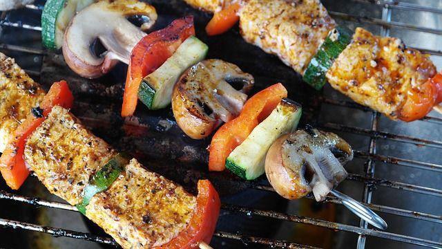 Besonders zur Grillsaison ist Fleischkonsum ein kontroverses Thema