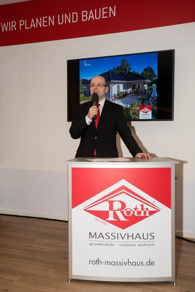 Enrico Roth, Geschäftsführer der Bau- GmbH Roth, heißt zukünftige Bauherren am Sonntag willkommen