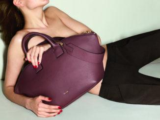 Eine Frau und ihre Handtasche(n)
