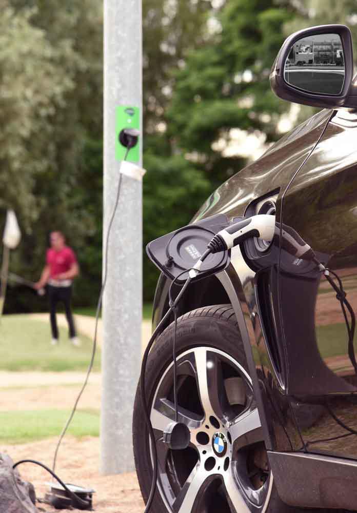 Erste E-Ladestation für Autos an einem Lichtmast in der Golf Lounge