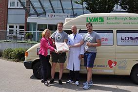 ylvia Paul und Dr. Daniel Biermann mit Ric Winkler (2.v.l.) und Lukas-Laurin Sachße (r.).