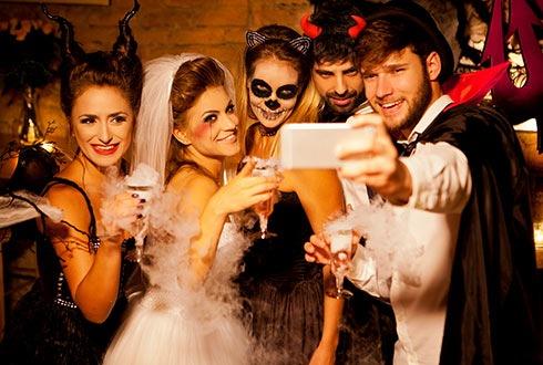 Das gruselige Kostüm gehört für viele zu Halloween dazu