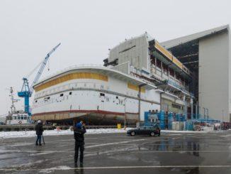 Am Montag, 11. Dezember 2017, wurde mit dem 120 Meter langen, 42 Meter breiten und mittlerweile 19 Deck hohen Heckteil von AIDAnova das erste von zwei riesigen Schiffsmodulen auf der Meyer Werft in Papenburg ausgedockt