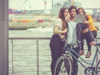 Selfies am Hafen sind nicht nur bei Touris sehr beliebt