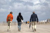 Spaziergang am windigen Sandstrand von Domburg