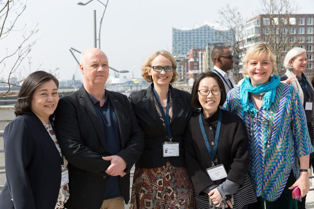 Gastgeberin Prof. Dr. Liane Simon von der MSH Medical School Hamburg (Mitte) mit den derzeitigen Vorsitzenden der WHO-Arbeitsgruppen: Yukiko Yokobori (Japan), Dr. Huib Ten Napel (Niederlande), Haejung Lee (Korea) und Dr. Matilde Leonardi (Italien)