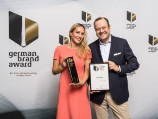 Marina Leunig (Leitung Marketing) und Rune Hoffmann (Leiter Unternehmenskommunikation & Marketing) nehmen den Germans Brand Award 2018 in Gold für die Asklepios Kliniken entgegen