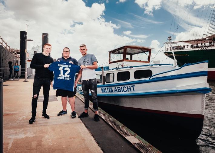 Die HSV-Profis David Bates (links) und Julian Pollersbeck (rechts) läuteten die Partnerschaft gemeinsam mit einem Barkassen-Kapitän der RAINER ABICHT Elbreederei ein