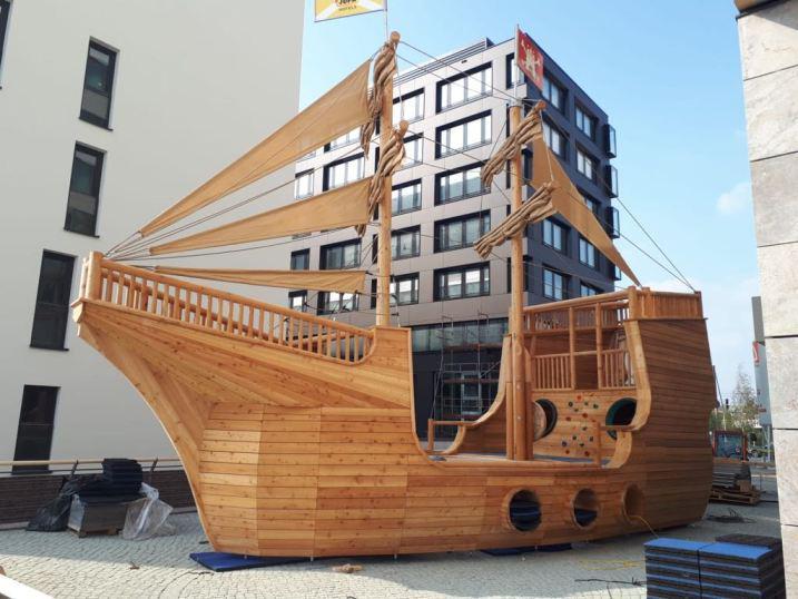 Unvergessliche Abenteuer können auf dem 5 Meter breiten, 15 Meter langen und 10 Meter hohen Kletterschiff erlebt werden