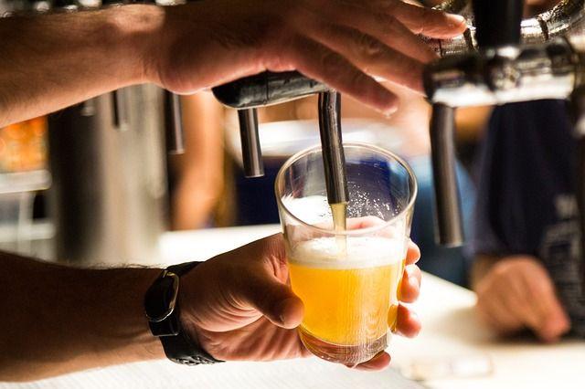 Der Trend des Bierbrauens geht zurück zur altbewährten Handarbeit