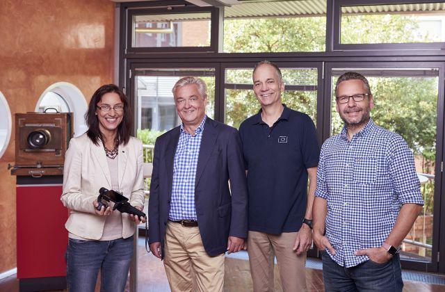 """Stefan Thode (Sales Consultant, 2. v.l.) überreicht an die Vertreter der """"Kieler Schule"""" Gimbals"""