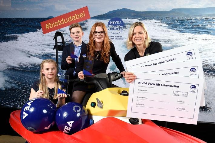 Beachvolleyball-Olympiasiegerin Laura Ludwig übergibt den »NIVEA Preis für Lebensretter 2018« an Marleen, Joost und Enna aus der Wedemark.