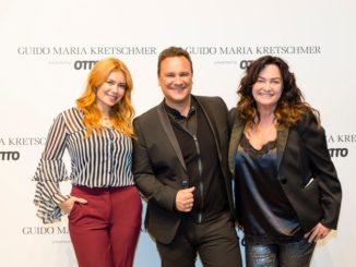 Moderatorin Palina Rojinski, Star-Designer Guido Maria Kretschmer und Fotografin Gabo beim offiziellen Footcall des OTTO Events