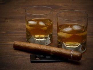 Karibischer Rum auf Eis und eine Havanna - das passt!