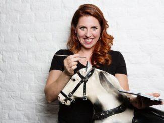 Esther Ollick, Händlerin der beliebten ZDF-Erfolgs-Sendung 'Bares für Rares', gibt Einrichtungs-Tipps und schätzt den Wert von Vintage-Möbeln der Besucher.