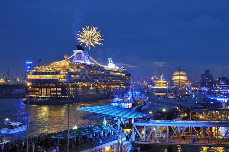 Logenplatz bei den Hamburg Cruise Days auf den Schiffen der RAINER ABICHT Elbreederei