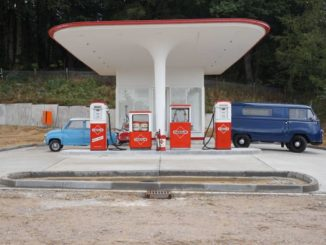 Eindruck von der 1950er-Jahre-Tankstelle mit Goggomobil und Tempo-Bus