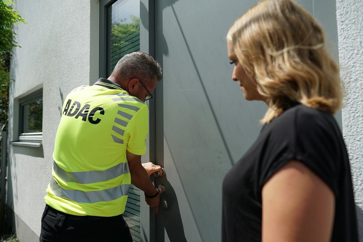 Während einer Testphase bietet der ADAC Mitgliedern und Nichtmitgliedern in Hamburg Türöffnungen zum Festpreis an.
