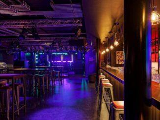 Die Rock Bar erinnert an eine Rockkneipe im Hamburger Stadtteil St. Pauli