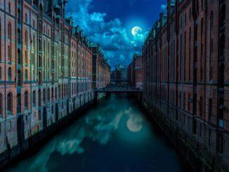 Die alte Speicherstadt mit ihren Fleeten bei Nacht