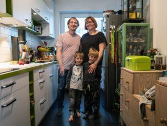 Für die vierköpfige Familie Häusser aus Frankfurt ist eine größere Wohnung in der hessischen Metropole unbezahlbar