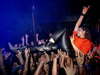 Du würdest gerne auf einem Konzert crowdsurfen?